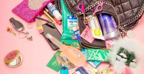 contenuto della borsa di una donna
